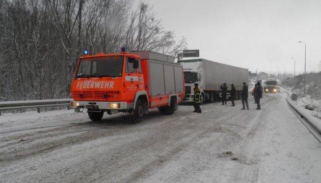 На серпантині біля села Залужжя застрягли кілька фур. Дорогу вирішили закрити для проїзду великовагового транспорту