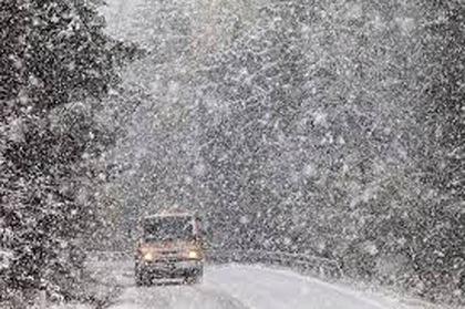 Через сильний снігопад на кількох дорогах Закарпаття ускладнено рух