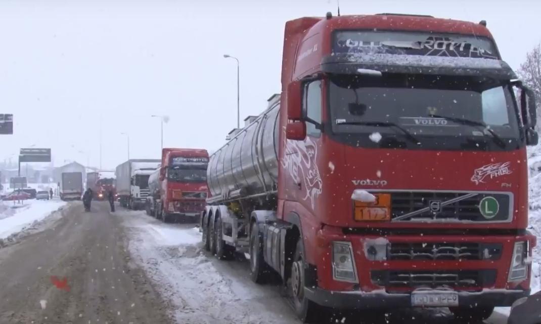 На околиці Ужгорода в снігових заметах застрягли десятки вантажівок