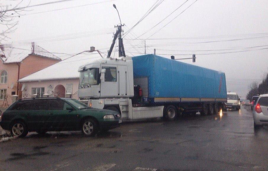 У Виноградові вантажівка зіткнулась з легковиком