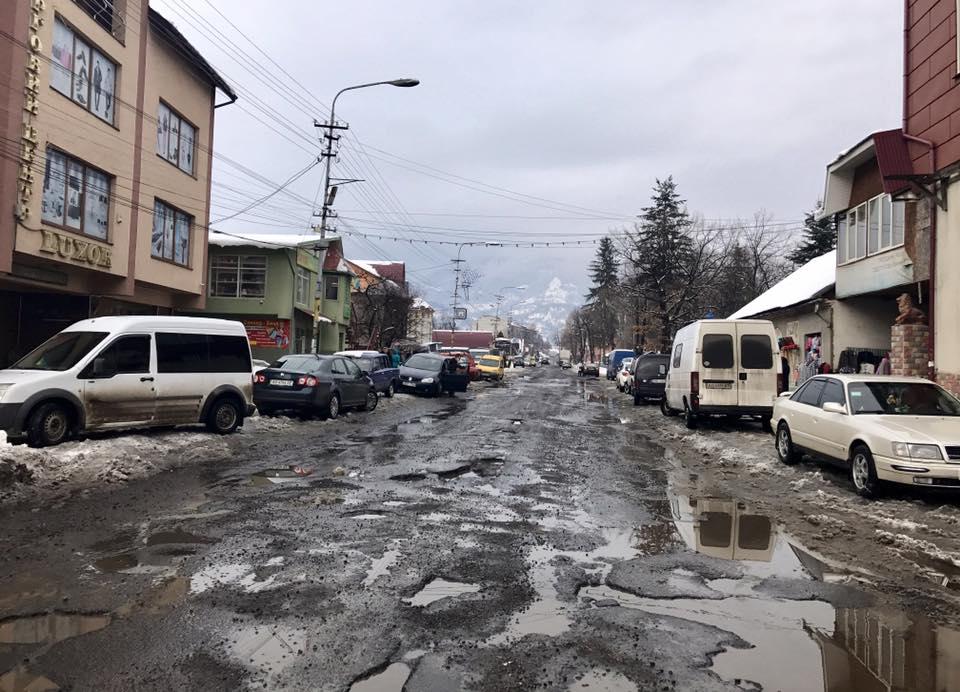 Користувачів соцмереж шокував стан дороги у Дубовому, що на Тячівщині