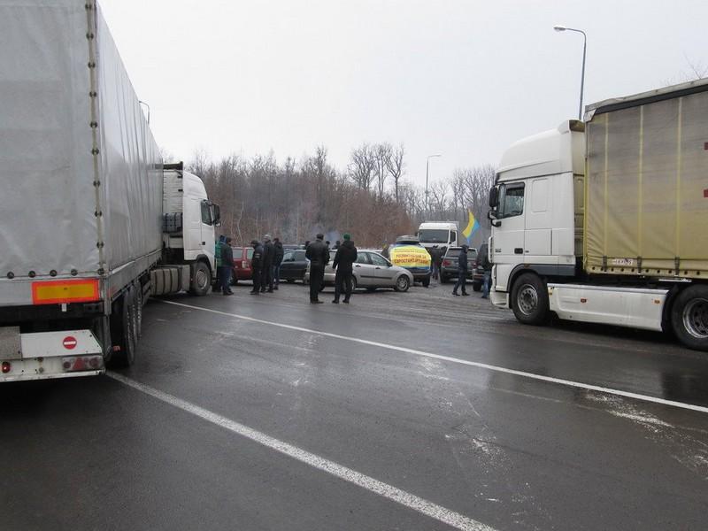 """Далекобійники обурені блокадою терміналу на КПП """"Ужгород"""""""