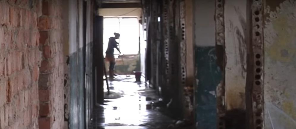 """""""Концтабір"""" у Берегові: журналістів шокували жахливі умови життя 126 дорослих і дітей у гуртожитку"""