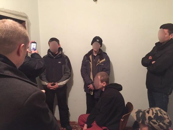 """Поліція """"накрила"""" наркопритон із сімнадцятьма відвідувачами"""