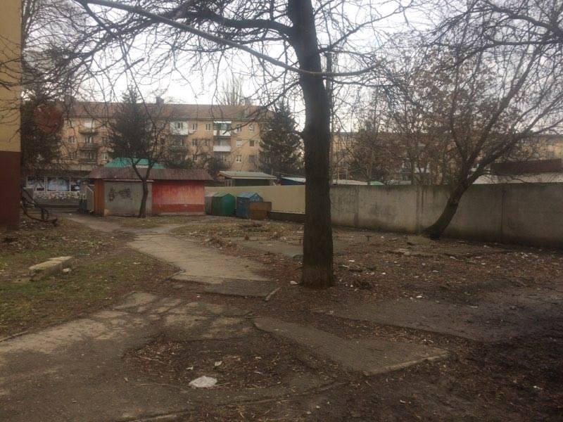 Територію на вулиці Залізничній в Ужгороді, яку жильці навколишніх будинків закидали сміттям, прибрали