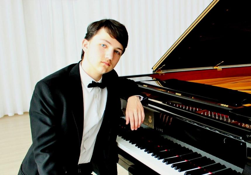 Студент з Ужгорода переміг у всіх трьох номінаціях престижного міжнародного конкурсу піаністів
