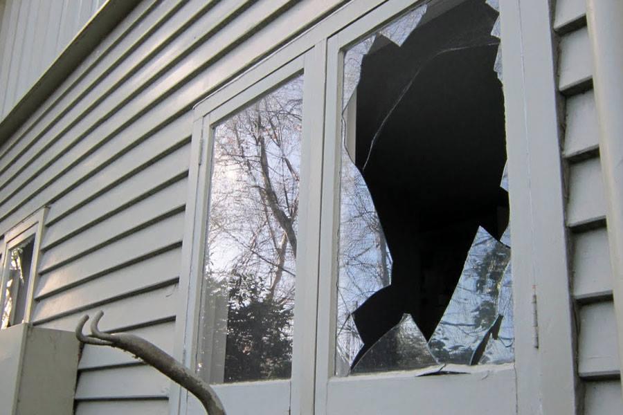 У Хусті невідомі розбили вікна у будинку судді місцевого районного суду, – соцмережі
