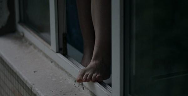 Зранку у Мукачеві із вікна 8-го поверху вистрибнула жінка