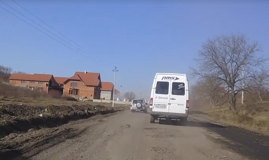 """Яма на ямі: користувачі соцмереж зафіксували на відео жахливий стан дороги """"Мукачево-Виноградів"""""""