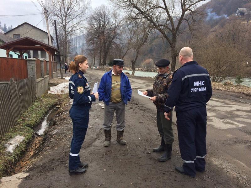 Рятувальники навчали правилам безпеки дорослих і дітей Рахівського району