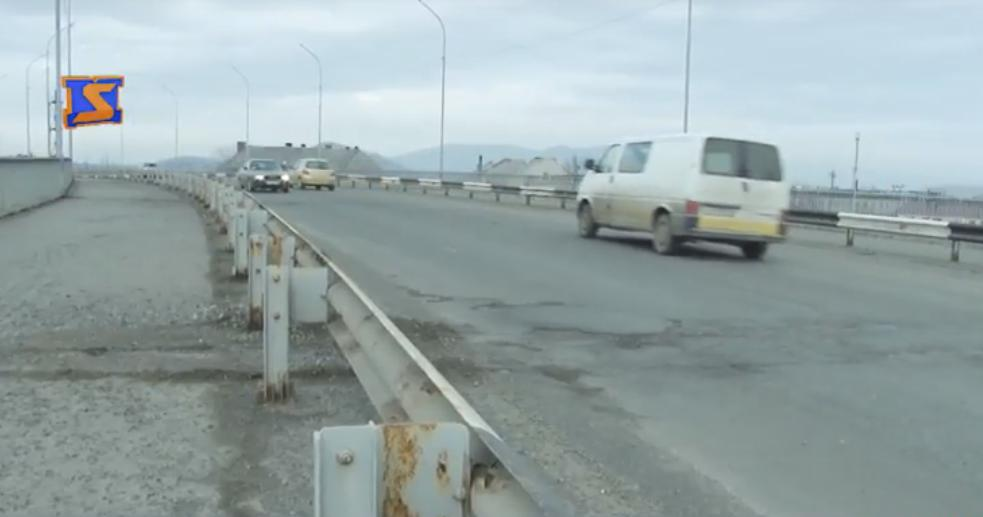 Екстрим на дорогах: на мостах Мукачева небезпечні ями