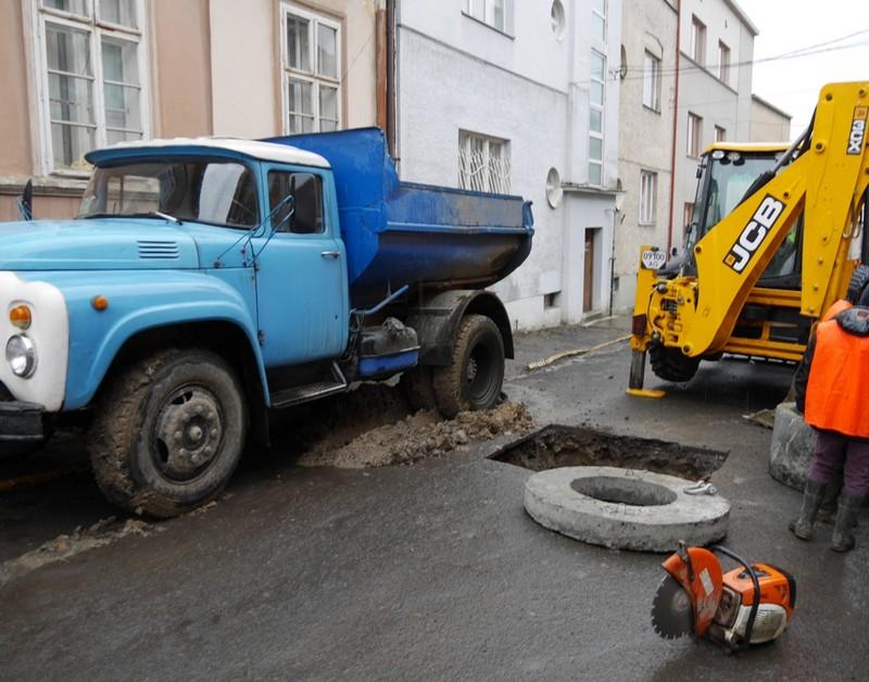 Каналізаційні колодязі в Ужгороді приводять до ладу