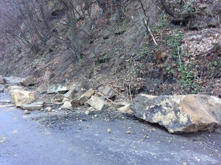На Тячівщині стався каменепад: двометрові брили засипали дорогу