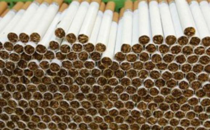 Чоловік намагався вивезти за кордон майже 700 пачок сигарет