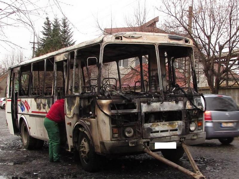 Вогонь встиг пошкодити салон, моторний відсік, кузов – подробиці загорання автобуса в Мукачеві