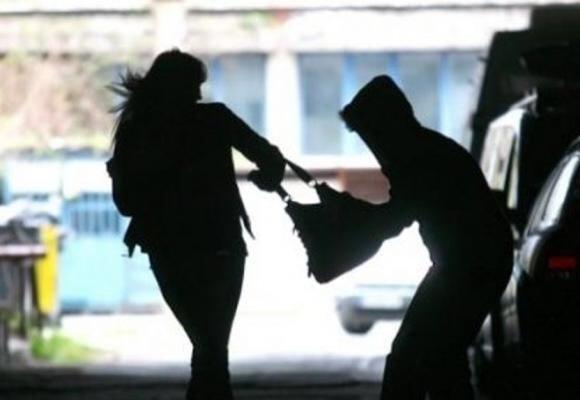 В обласному центрі невідомий чоловік просто на вулиці пограбував жінку