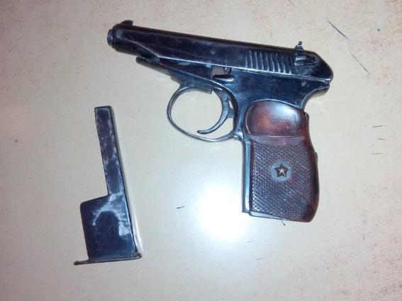 Поліцейські затримали мукачівця, який уночі гуляв вулицями місті зі зброєю