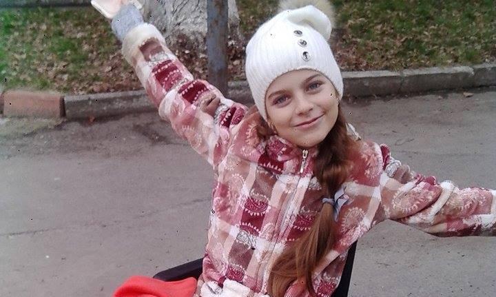 Дівчинка з Ужгорода, яку скалічило дерево, вперше вийшла на прогулянку в інвалідному візку, – соцмережі