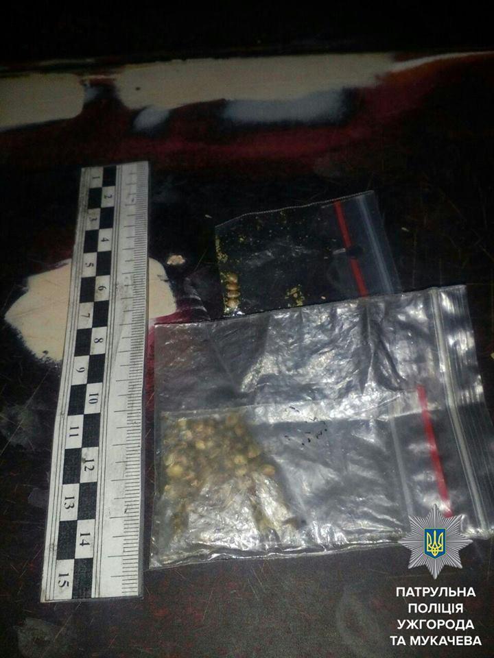 Патрульні Ужгорода затримали осіб, у яких виявили наркотики