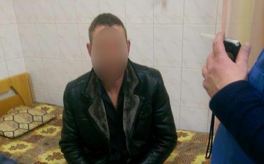 У Мукачеві патрульні затримали чоловіка, який чіплявся до малолітньої дитини