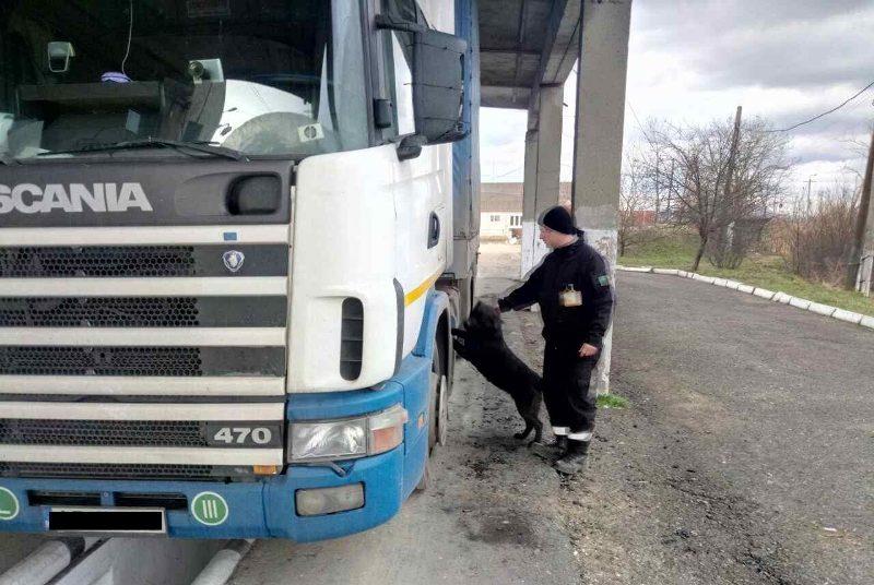 Чоловік через своє бажання підзаробити втратив вантажівку