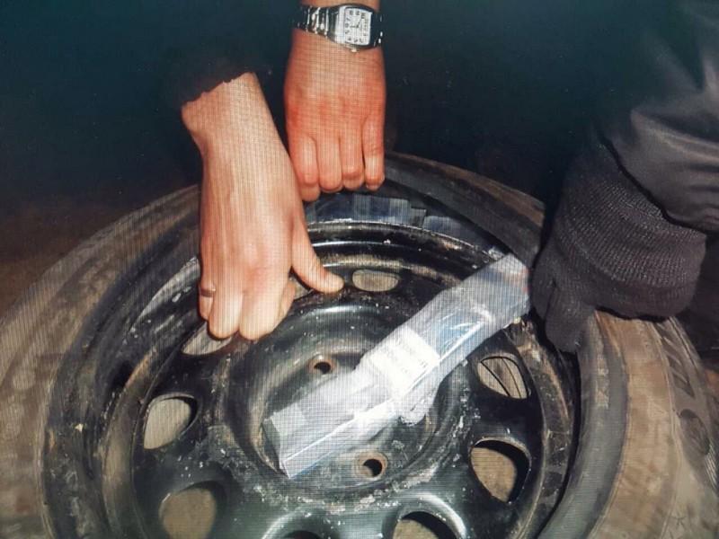 Українець намагався перетнути кордон із цигарками, які розфасував у задні колеса автомобіля