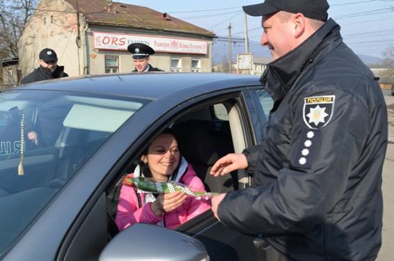 Закарпатські поліцейські зупиняли водіїв-жінок, аби привітати зі святом