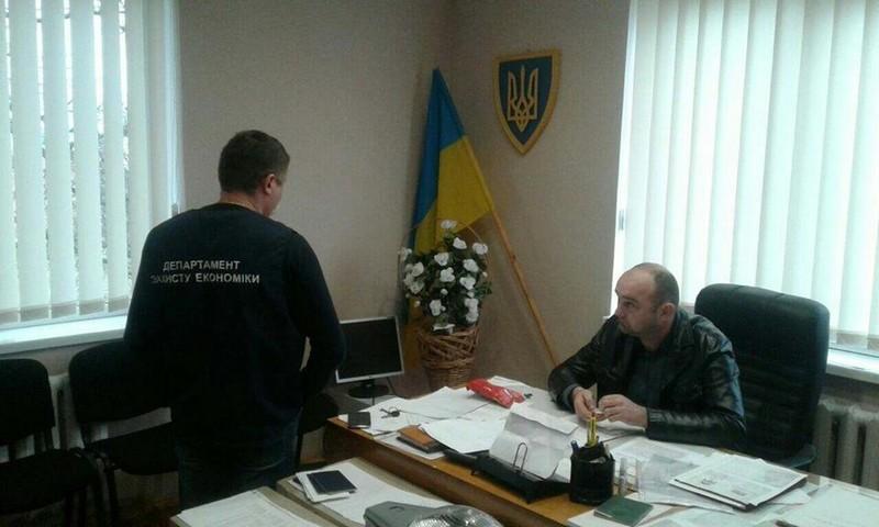 Ще один хабарник: на Тячівщині голова села вимагав 600 доларів за МАФ