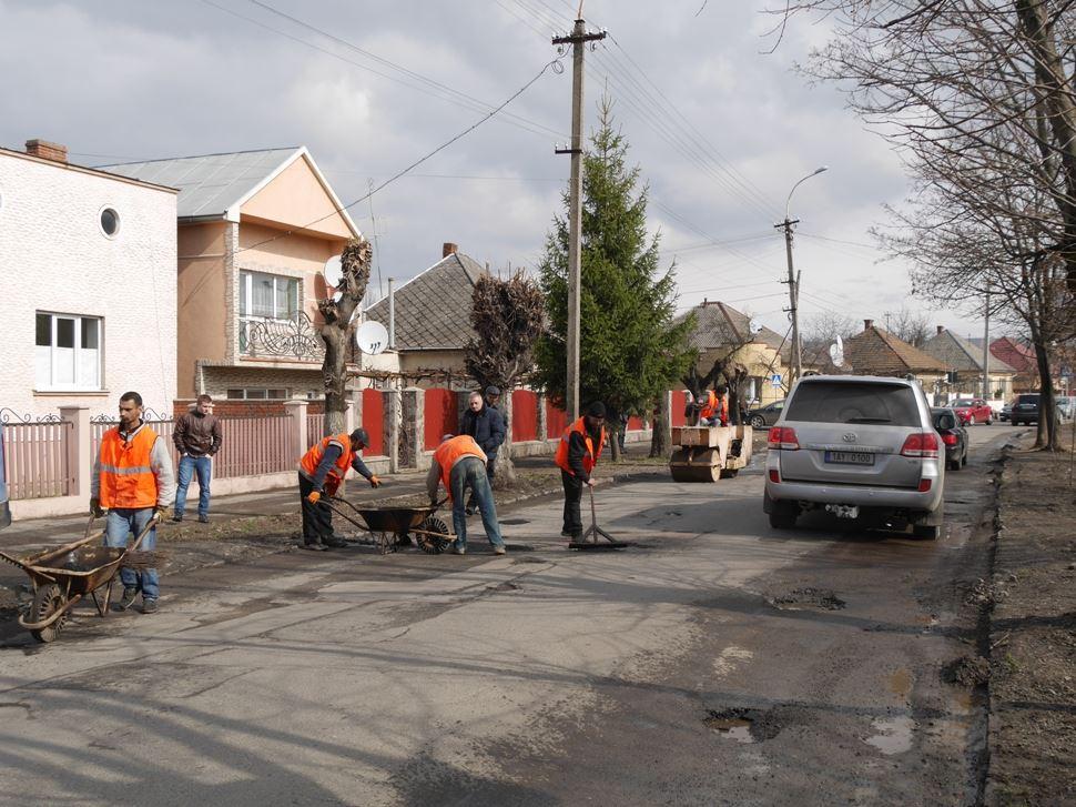 В Ужгороді латають вибоїни на вулиці Загорській, у планах – ремонт на площі Дружби Народів та на вулиці Шумній