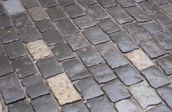 На одній із ужгородських вулиць бруківка провалюється під землю