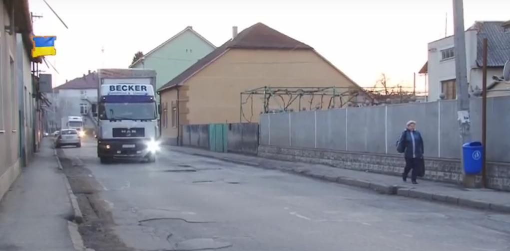 Через постійний рух вантажівок будинки на вулиці Олександра Невського у Мукачеві тріскаються