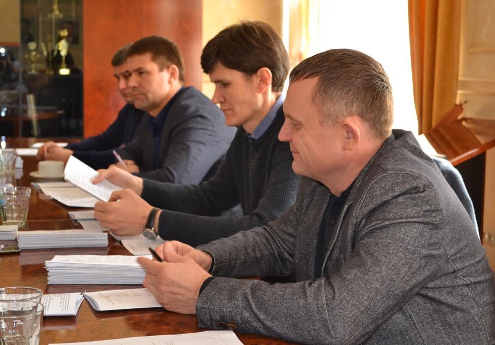 Закарпатські депутати обговорили катастрофічний стан доріг краю. Бідкаються, що мало грошей на ремонт
