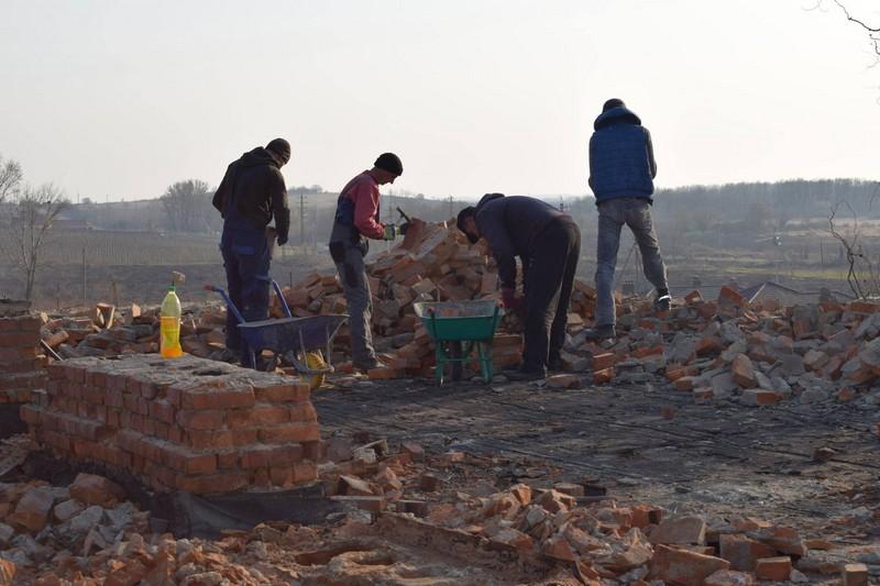 У Берегові почали ремонтувати дах багатостраждального гуртожитку