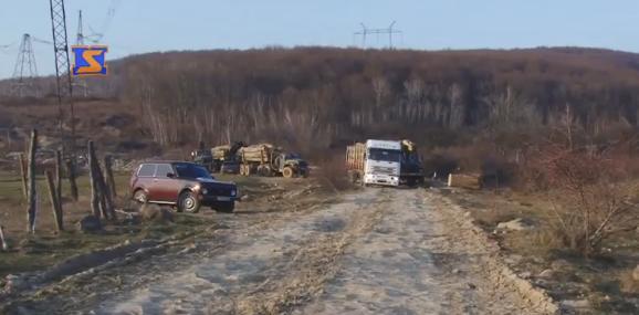 На Ужгородщині активісти перекрили дорогу, щоб зупинити лісовози