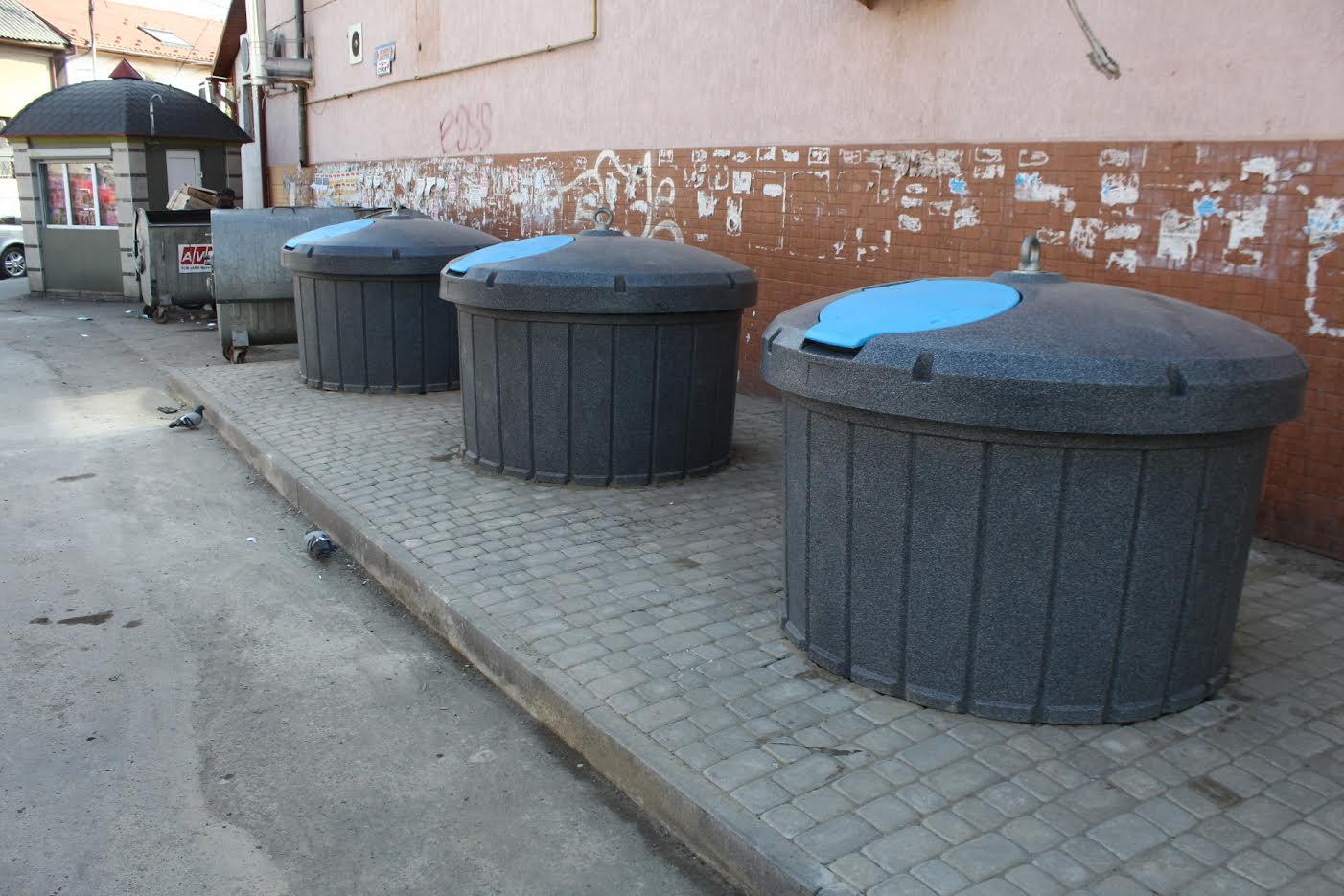 У Мукачеві встановили підземні контейнери для сміття