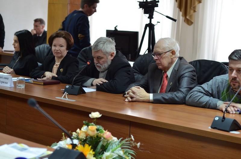 """В УжНУ на """"круглому столі"""" вперше представили деякі архівні матеріали про Карпатську Україну"""