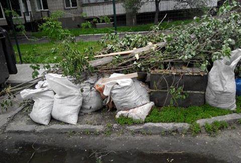 Захаращені тротуари – наслідки весняного прибирання в Ужгороді