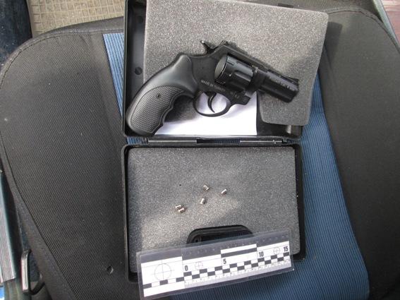Чоловік вирішив випробувати придбаний пістолет на вулиці. Сусіди перелякались і викликали поліцію