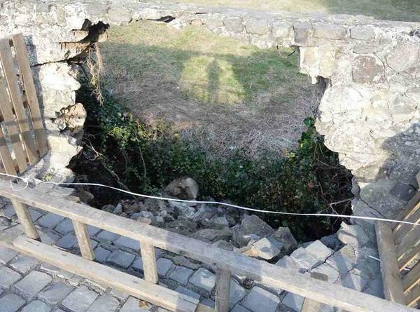Мур Ужгородського замку, який днями обвалився, досі не почали ремонтувати