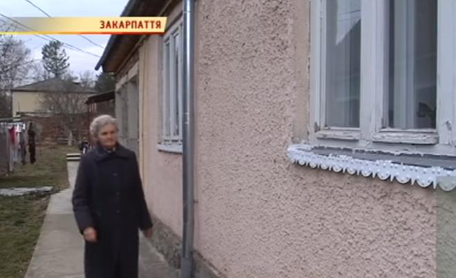 Донька вигнала із дому 70-річну матір і обманом забрала від неї будинок