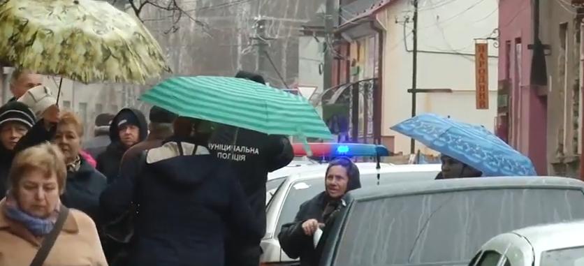 """""""Мабуть, ми повинні помирати з голоду"""", – люди у Мукачеві поскаржилися на дії муніципалів"""