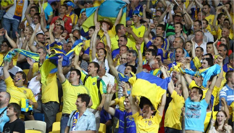 Для футбольних вболівальників збірної України на кордоні зробили зелений коридор
