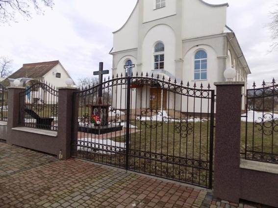 Розгортали кожну церковну записку і виймали звідти гроші: чоловіки пограбували два храми