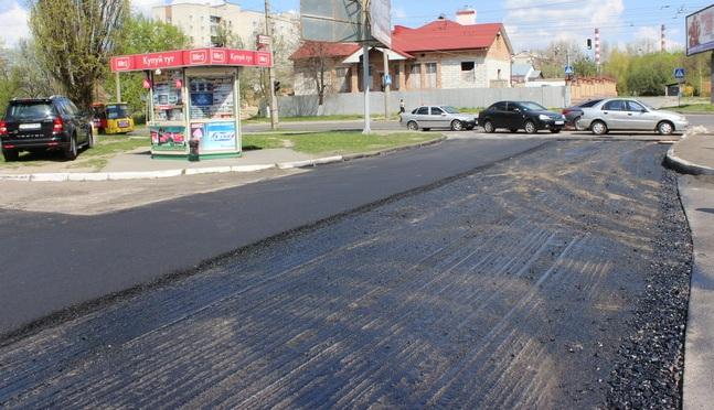 На вулицях Ужгорода зняли старий асфальт, але ремонт не почали