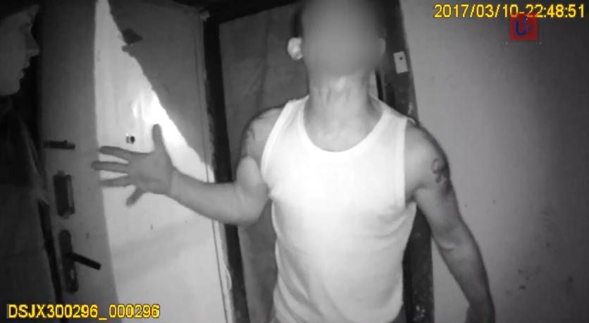 Кричав, лаявся, кидався на патрульних: в Ужгороді чоловік влаштував справжнє шоу перед поліцією