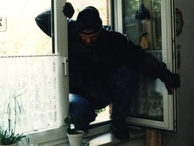 У Берегові злодій проник у будинок через незачинене вікно