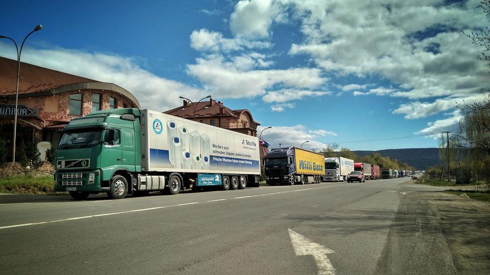 """Сотні вантажівок вишикувались у черзі до КПП """"Ужгород"""""""