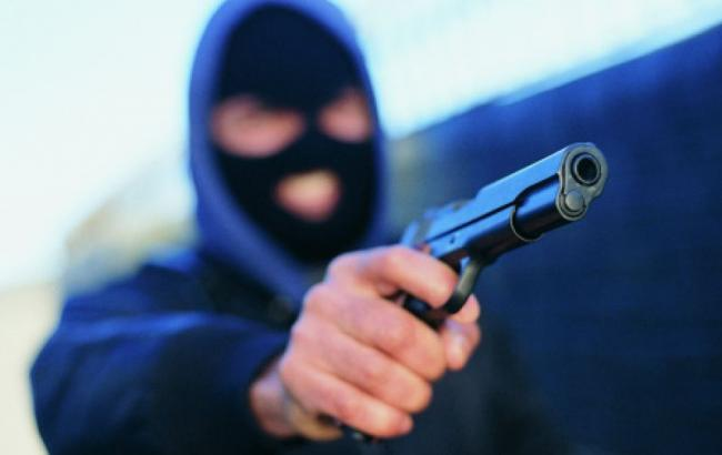 Троє невідомих у масках та зі зброєю увірвались у будинок, зв'язали господиню і забрали гроші