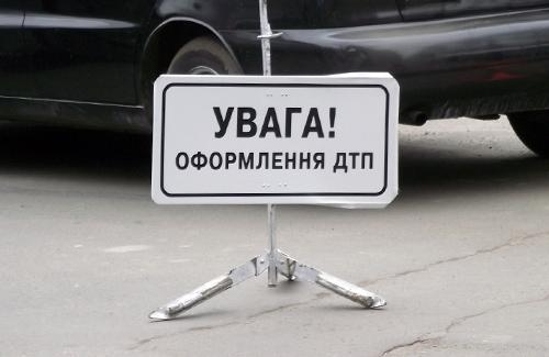 Неподалік транспортного мосту в Ужгороді сталась ДТП: зіткнулись мікроавтобус та два автомобілі