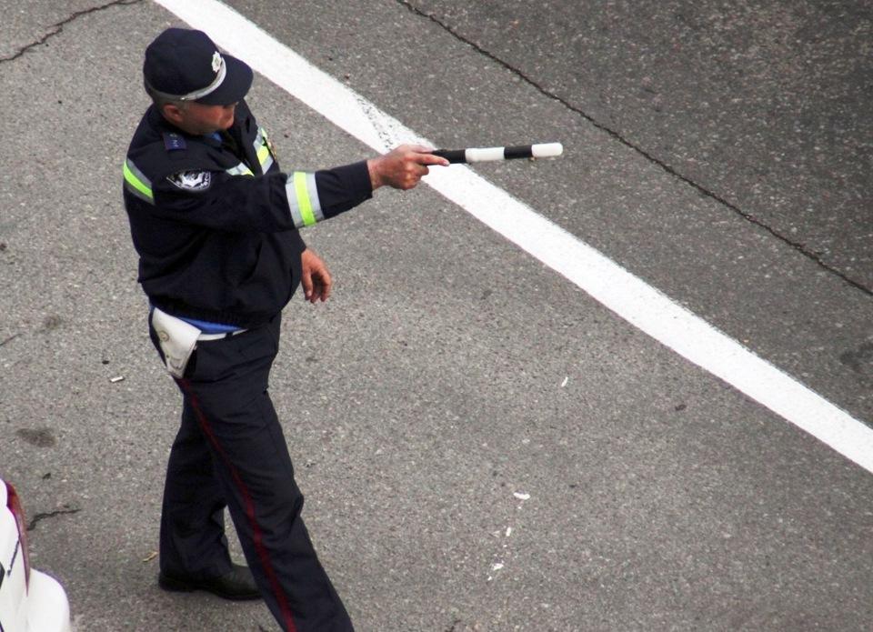 """Поліція відтепер зупинятиме водіїв по-новому, не """"даівським"""" жезлом: до ПДР внесено зміни"""